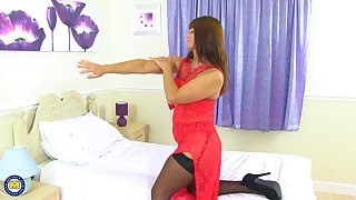 Second-rate red head mature MILF Lelani stuffs her pussy with a dildo